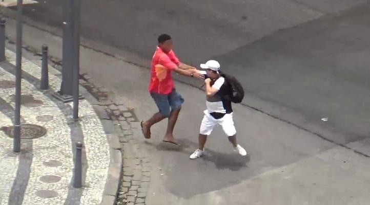 2.jan.2016 - Homem é assaltado por jovem no cruzamento das avenidas Rio Branco e Nilo Peçanha, no centro do Rio de Janeiro. A cena foi flagrada por um comerciante que criou anonimamente a página