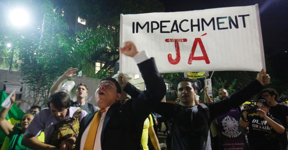 28.mar.2016 - Estudantes da Universidade Presbiteriana Mackenzie protestam contra o governo da presidente Dilma Rousseff e a favor da operação Lava Jato na rua Maria Antônia, centro de São Paulo