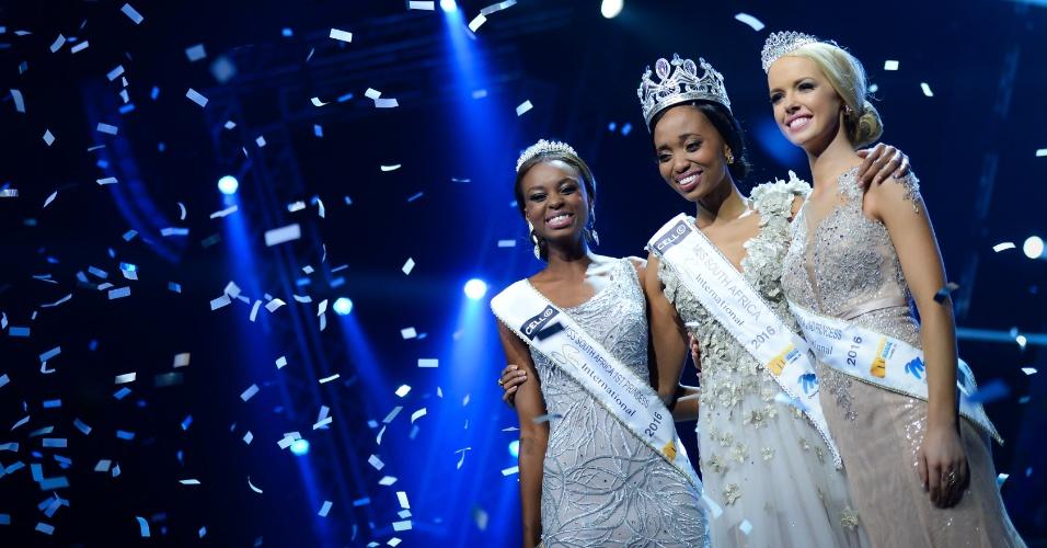 19.mar.2016 - A vencedora do concurso de Miss África do Sul 2016, Ntandoyenkosi Kunene (ao centro), posa ao lado das colocadas em segundo e terceiro lugares