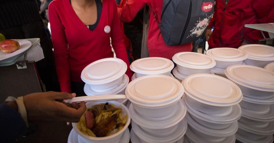 """02.mai.2016 - Estudantes que ocupam o prédio do Centro Paula Souza recebem doação de marmitas para o almoço na tarde desta segunda-feira (2). Eles protestam contra a """"máfia da merenda"""" e contra os cortes na educação. A Tropa de Choque da PM está no local"""