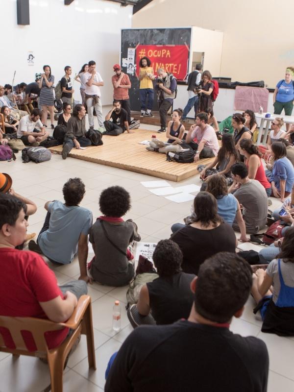 17.mai.2016 - Artistas e ativistas ocupam sede da Funarte (Fundação Nacional de Artes), órgão do governo federal, em São Paulo em protesto à transformação do Ministério da Cultura em secretaria vinculada ao Ministério da Educação