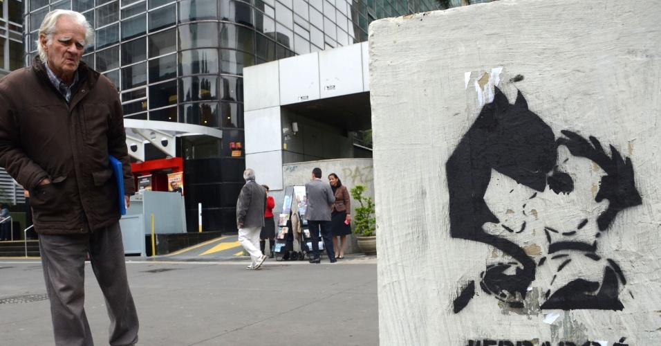 27.mai.2016 - Homem observa grafite de um beijo entre Batman e Robin na avenida Paulista, região central de São Paulo (SP). Cartazes e outros grafites foram colocados na avenida, que será palco da Parada do Orgulho Gay 2016 no domingo (29), em apoio à comunidade LGBT