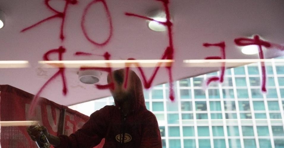 1º.jun.2016 - Integrantes do MTST (Movimento dos Trabalhadores Sem Teto) ocuparam o prédio da Presidência da República, em São Paulo, na avenida Paulista. Segundo os manifestantes, o ato é contra o governo do presidente interino, Michel Temer (PMDB), e contra cortes no programa Minha Casa, Minha Vida