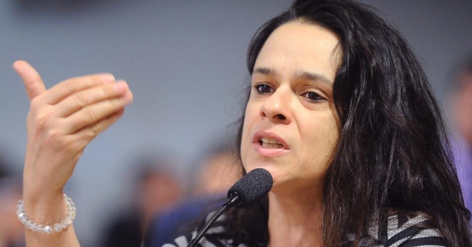 17.jun.2016 - A advogada Janaína Paschoal, uma das autoras do pedido de impeachment de Dilma Rousseff, questiona o ex-ministro da Fazenda Nelson Barbosa durante a comissão especial de impeachment do Senado, que ouve as testemunhas de defesa da presidente afastada