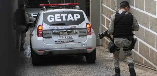 Carro transporta o empresário Marcos Valério, condenado no mensalão do PT e réu no mensalão tucano, para prestar depoimento no Ministério Público Estadual em BH