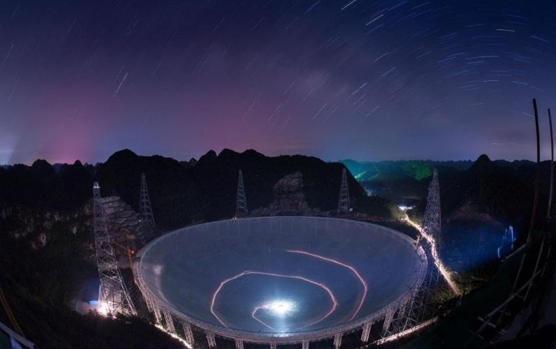 3.jul.2016 - A China terminou neste domingo a construção do maior radiotelescópio do mundo, em uma região rural da província chinesa de Guizhou, no sudoeste do país. O equipamento, que só será inaugurado em setembro, tem 500 metros de diâmetro e 4.450 painéis. O radiotelescópio será usado para analisar ondas procedentes do espaço para ajudar na compreensão do universo e também na busca de vida extraterrestre