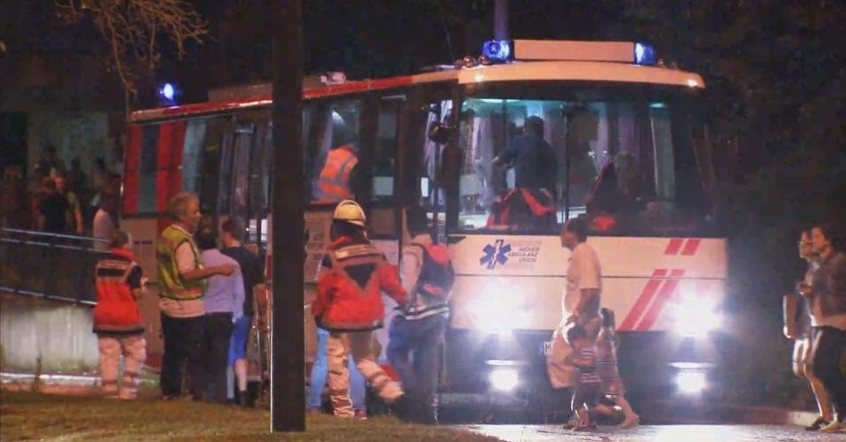 22.jul.2016 - Polícia usa ônibus para retirar pessoas do shopping Olympia, em Munique, Alemanha, após tiroteio deixar mortos e feridos