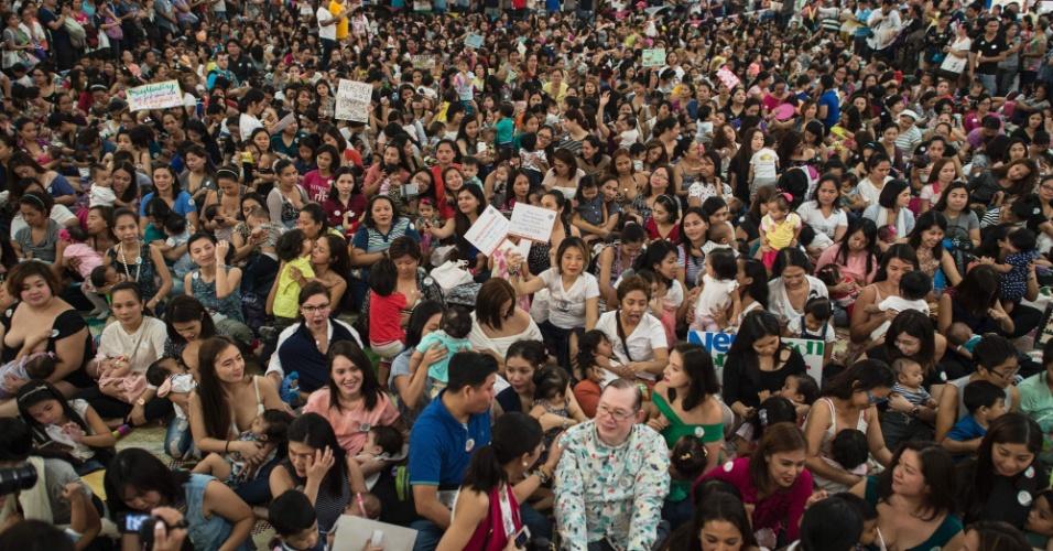 """6.ago.2016 - Dezenas de mulheres participam de evento chamado """"Hakab Na! 2016"""", em celebração ao Mês Nacional de Consciência da Amamentação, em Manila. É o quarto ano que uma ONG local organiza o evento, cujo objetivo é destacar os benefícios econômicos, ambientais e de saúde provocados pela amamentação"""