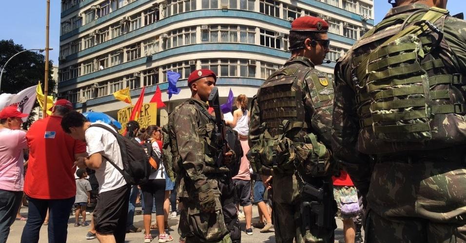 7.set.2016 - Fuzileiros navais acompanham a mobilização do Grito dos Excluídos no centro do Rio de Janeiro. Os manifestantes protestam contra o governo de Michel Temer