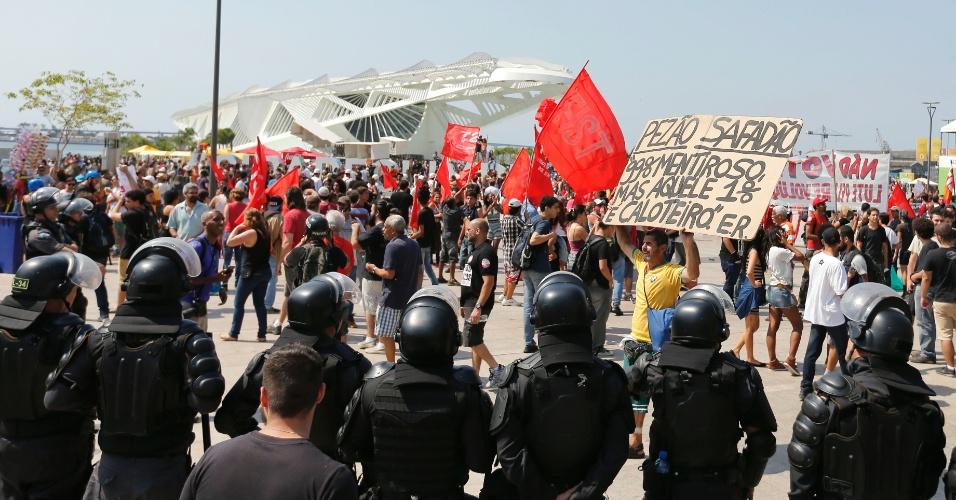 7.set.2016 - Manifestantes no protesto O Grito dos Excluidos contra o governo Temer no centro do Rio.   Manifestantes na praca Maua, junto ao museu do Amanha