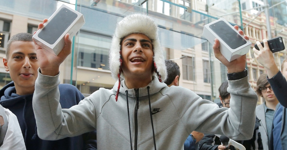 15.set.2016 - O estudante australiano Bishoy Bahman, 17, é um dos primeiros clientes a sair da loja da Apple em Sidney (Austrália) com o novo iPhone 7. Os lançamentos da Apple começaram a ser vendidos nesta sexta-feira em 27 países (que não inclui o Brasil). A Austrália se beneficia pelo fuso horário
