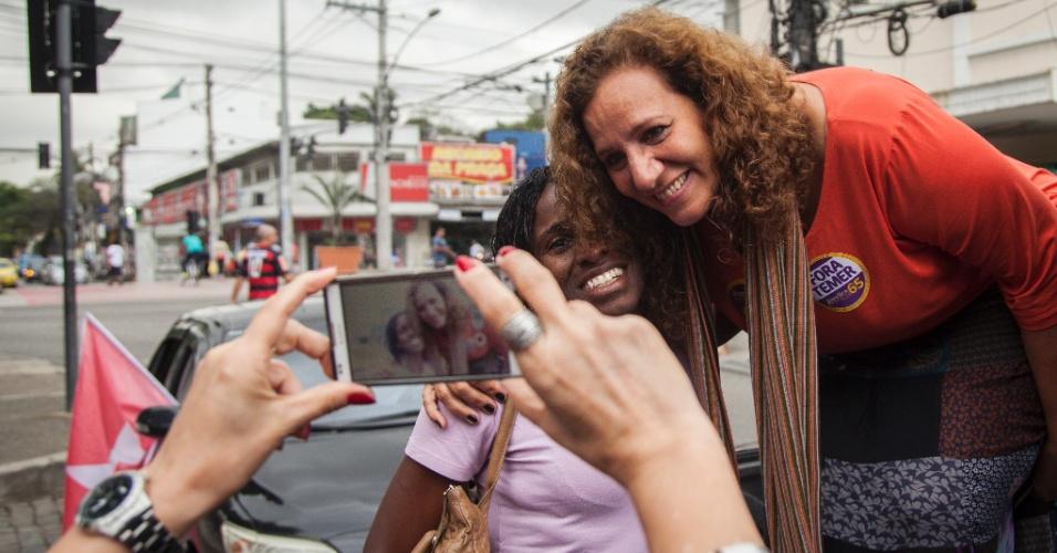 1º.out.2016 - A candidata à prefeitura Jandira Feghali (PCdoB) posa para foto durante carreata na Praça Seca, zona oeste do Rio de Janeiro, na véspera do 1º turno das eleições municipais