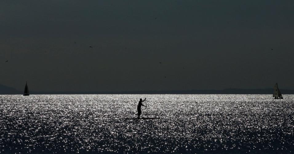 4.out.2016 - Homem rema no lago Leman em uma tarde de outono quente em Lausanne, na Suíça