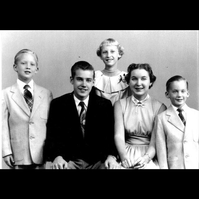 Donald Trump ao lado do pai, Fred, da mãe, Mary, e dos irmãos, em foto não datada
