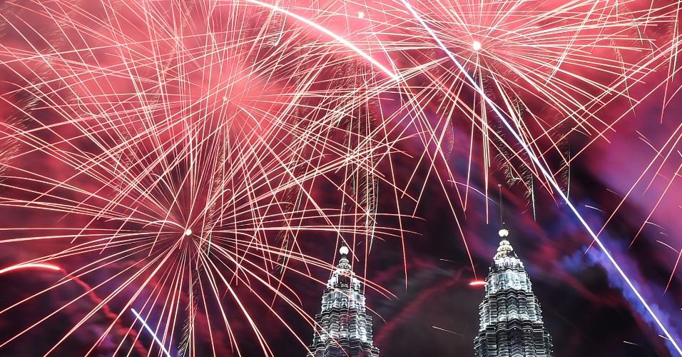 Fogos-de-artifício iluminam o céu perto Torres Gêmeas Petronas durante celebrações do ano novo em Kuala Lumpur, na Malásia