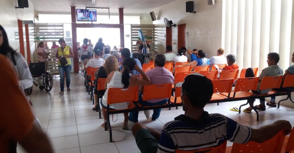 Pacientes aguardam atendimento no saguão do Hospital Napoleão Laureano, em João Pessoa, PB