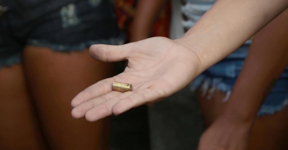 7.fev.2017 - Manifestante mostra projétil de arma de fogo durante protesto contra a greve da PM do ES na porta do quartel do Comando Geral no bairro Maruipe, em Vitória
