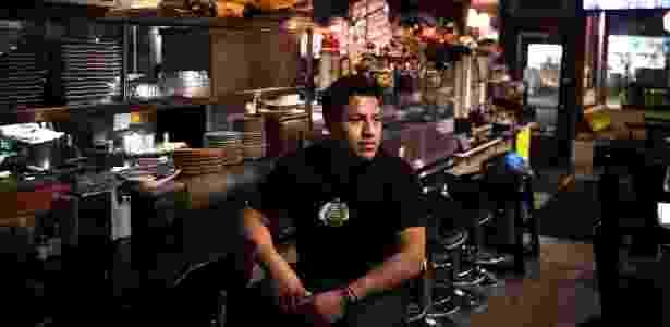 Ceasar Rodríguez no restaurante de sua família, o Tamales Martita, cuja atividade caiu, em Nova York - Hilary Swift/The New York Times