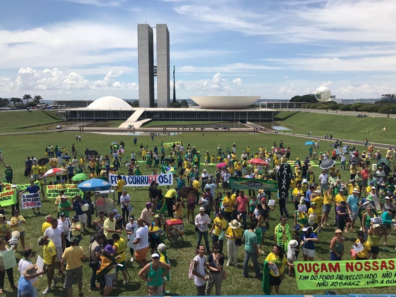 26.mar.2017 - Manifestantes a favor da Operação Lava Jato ocuparam a Esplanada dos Ministérios, em Brasília