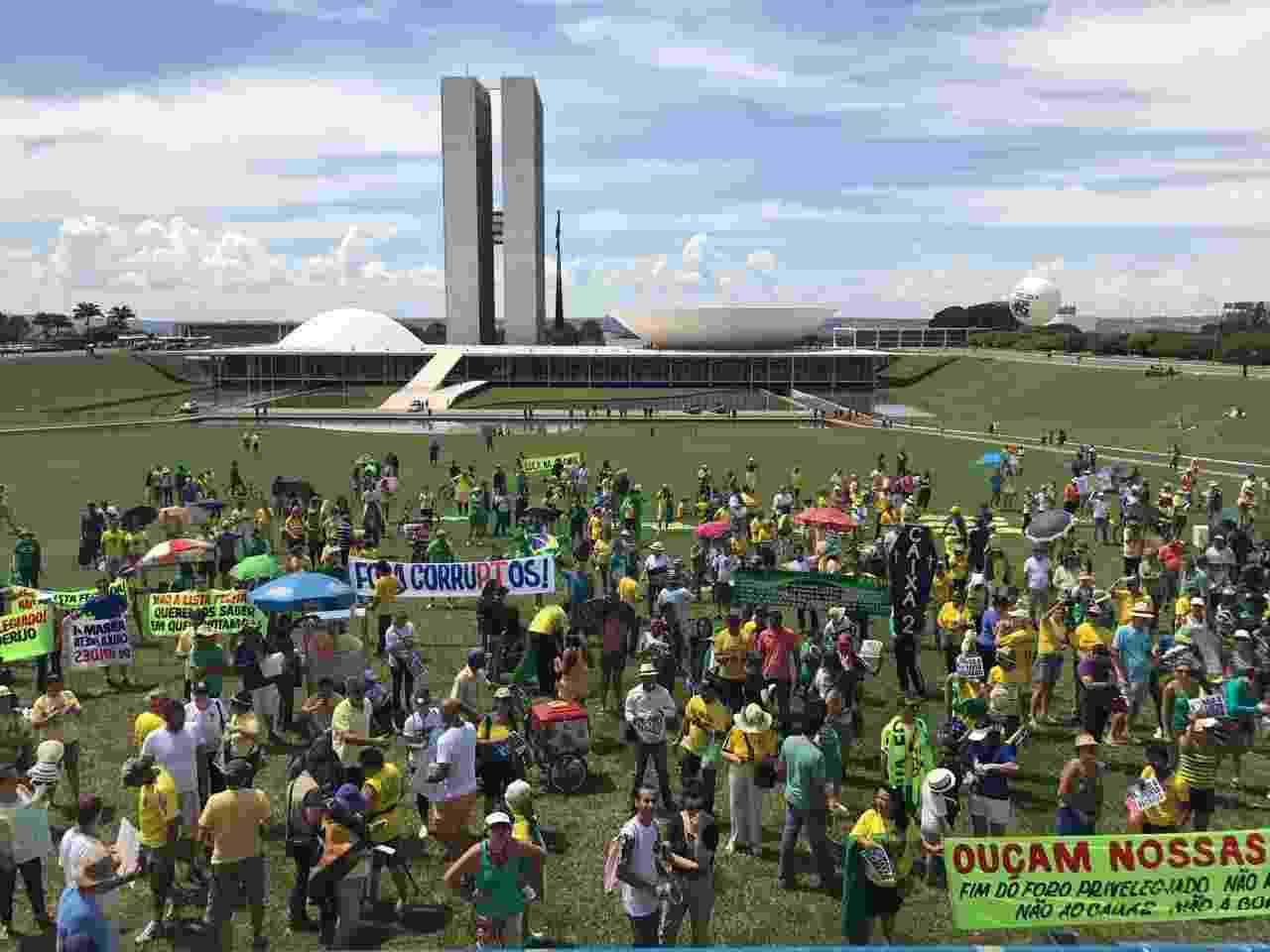 26.mar.2017 - Manifestantes a favor da Operação Lava Jato ocuparam a Esplanada dos Ministérios, em Brasília - Jéssica Nascimento/ UOL