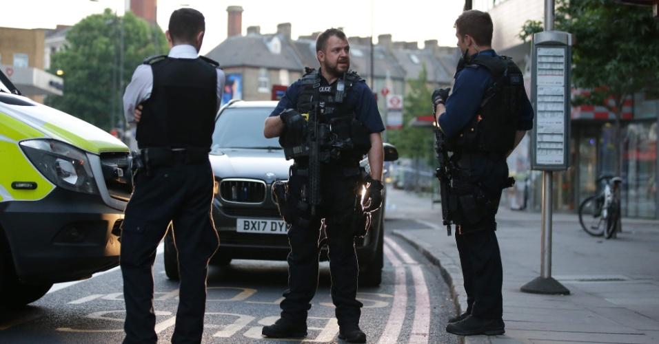 19.jun.2017 - Londres amanhece com policiais nas ruas de Finsbury Park, onde veículo atropelou pessoas e matou ao menos uma delas