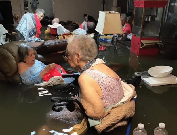Idosos são resgatados de helicóptero em casa de repouso alagada em enchente em cidade do Texas (EUA)