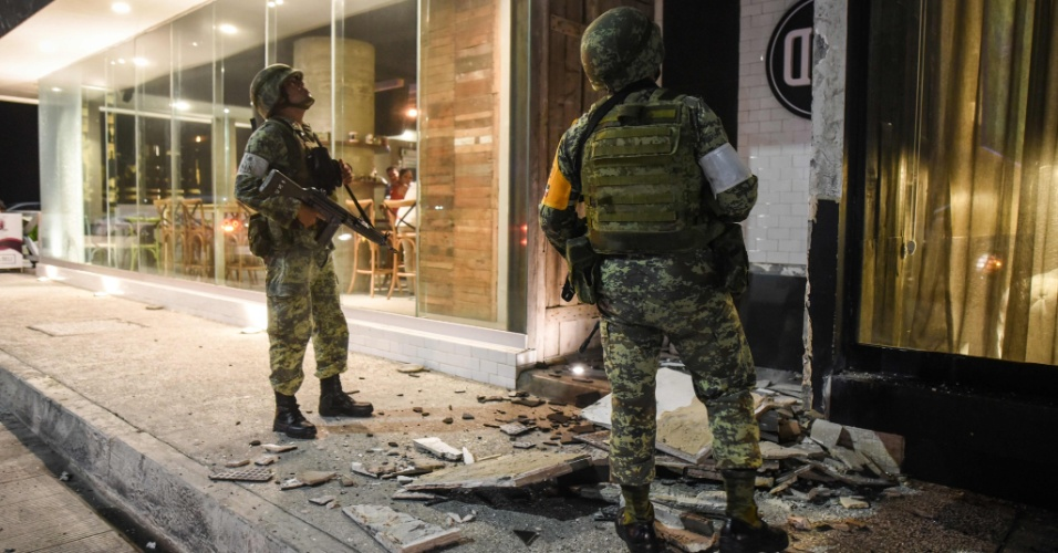 8.set.2017 - Pedaços de prédio no chão em Port Veracruz