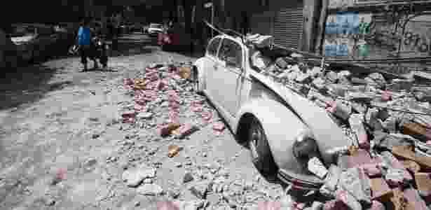 Carro destruído por destroços de prédio na Cidade do México - ALFREDO ESTRELLA/AFP - ALFREDO ESTRELLA/AFP