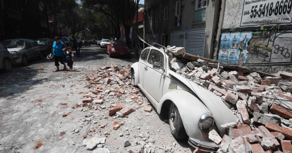 Carro é destruído por destroços de construção atingida por terremoto que ocorreu na Cidade do México