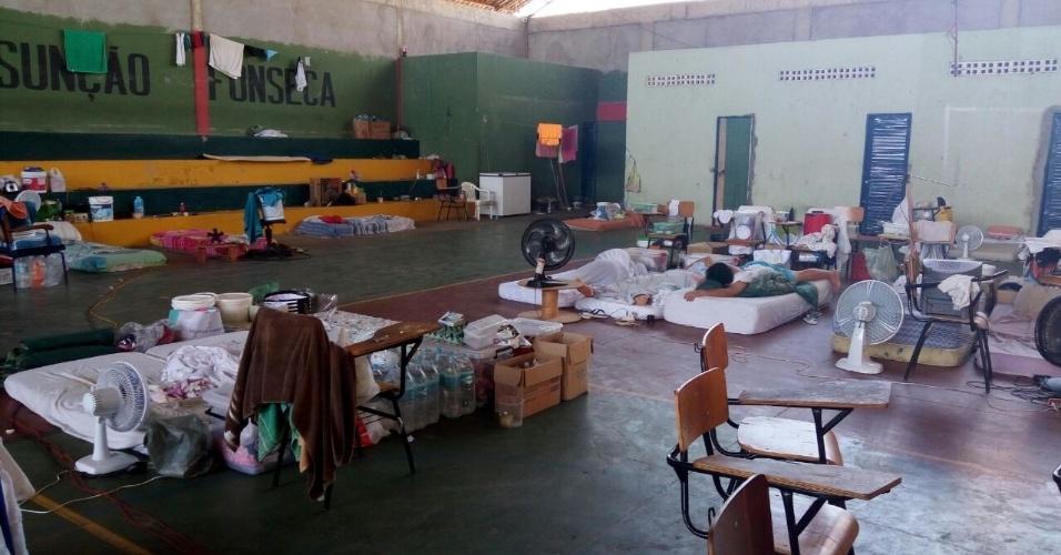 Enquanto 60 presos ocupam quartos individuais e espaços do ginásio, outros 976 homens estão confinados num espaço projetado para caber apenas 336