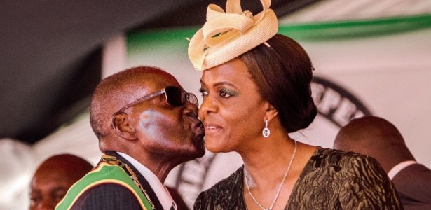 Robert e Grace Mugabe se casaram em 1996 e têm três filhos; ela era datilógrafa do presidente