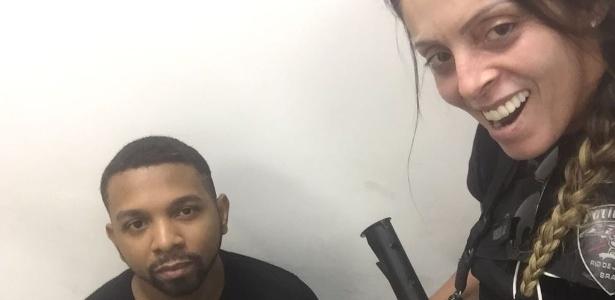 Policial posa para foto ao lado do traficante Rogério 157, preso nesta quarta-feira