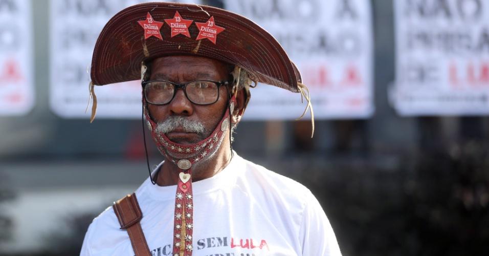 6.abr.2018 -  Homem com chapéu típico do sertão nordestino vai ao Sindicato dos Metalúrgicos do ABC apoiar o ex-presidente Lula
