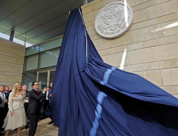 Ao lado de Ivanka Trump, secretário do Tesouro dos EUA, Steve Mnuchin, inaugura a embaixada