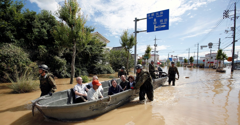 8.jul.2018 - Soldados da Força de Autodefesa do Japão resgatam pessoas de uma área inundada na cidade de Kurashiki, província de Okayama
