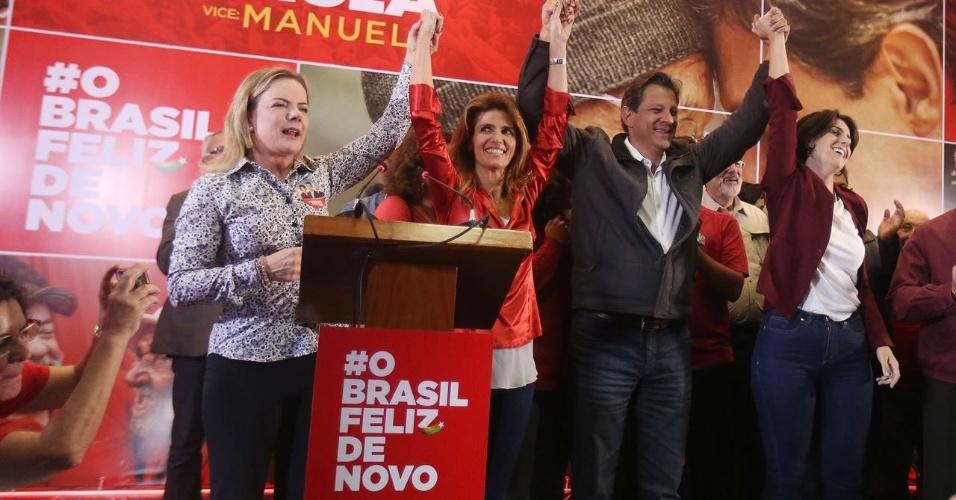 Fernando Haddad comemora ida para o segundo turno das eleições ao lado da presidente do PT, Gleisi Hoffmann, da esposa, Ana Estela Haddad e da candidata a vice, Manuela d'Ávila