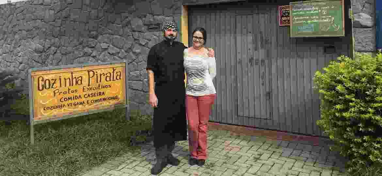 Erik Fillies, 39, e Mariana Guedes, 32, donos do restaurante Cozinha Pirata, em Curitiba (PR) - Lucas Gabriel Marins