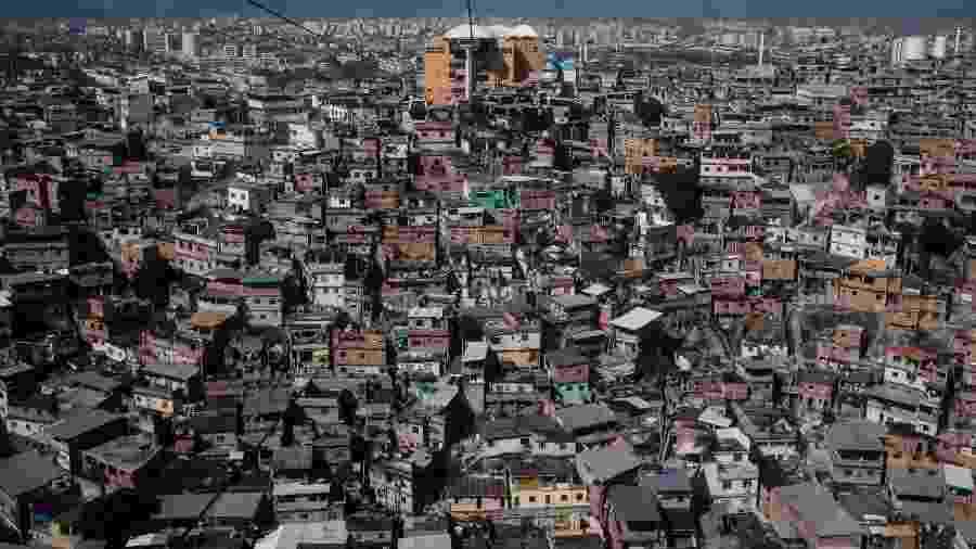O Complexo do Alemão, no Rio de Janeiro, abriga um dos maiores conjuntos de favelas da cidade - Yasuyoshi Chiba/AFP