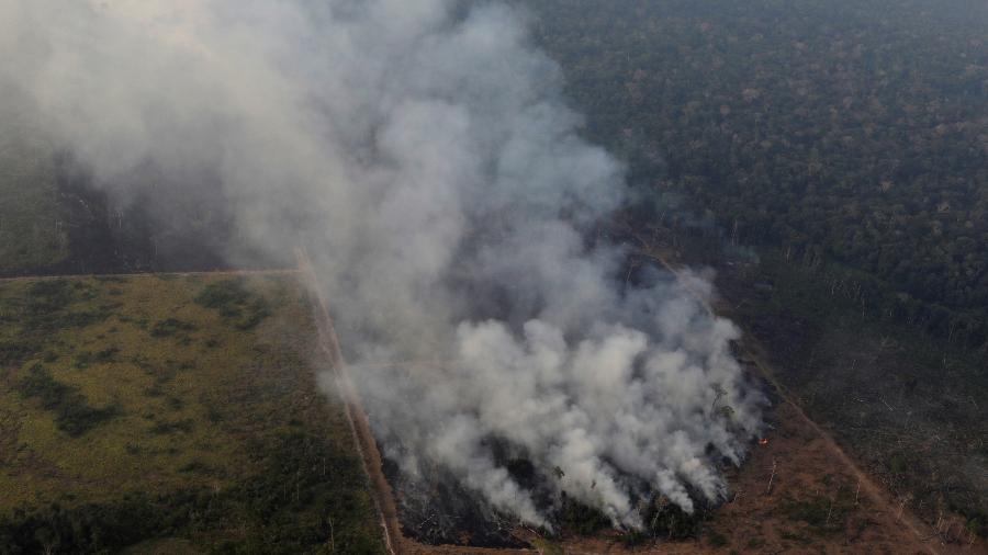 Fumaça é vista durante incêndio que atinge a floresta Amazônica perto de Porto Velho, Rondônia - Ueslei Marcelino/Reuters