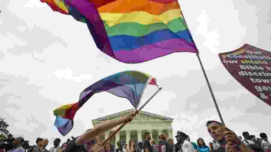 Em foto de 2015, manifestantes comemoram na capital americana decisão da Suprema Corte sobre casamentos não heterossexuais; nesta terça-feira, tribunal enfrentará outra pauta referente ao gênero - REUTERS/Joshua Roberts via BBC