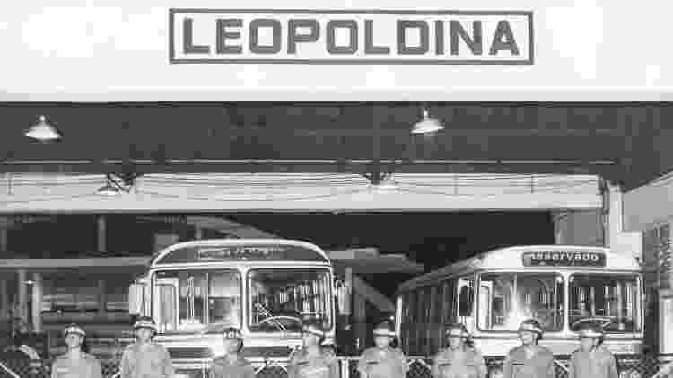 PMs fazem a segurança da garagem da CMTC, na Vila Leopoldina, em São Paulo (SP), durante uma greve em 1986 - Fernando Santos/Folhapress