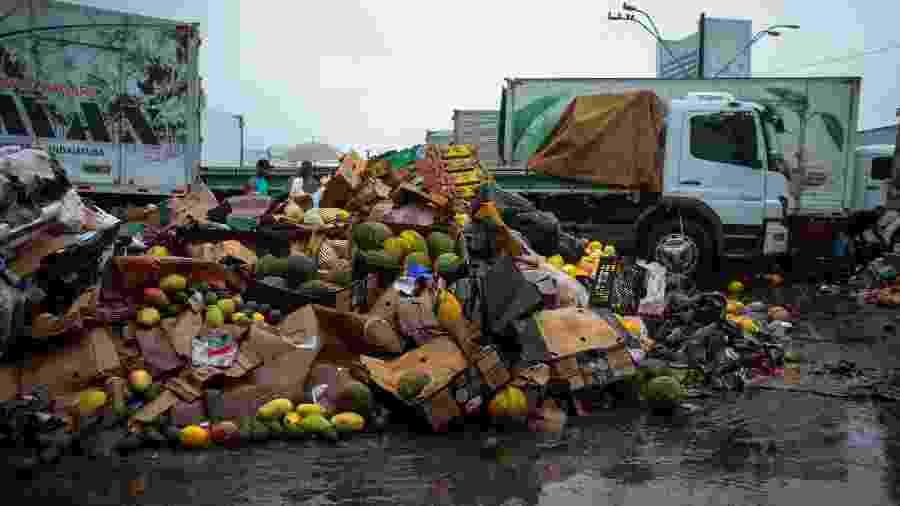 11.fev.2020 - Permissionários da Ceagesp descartam alimentos após as fortes chuvas de segunda-feira (10) - Felipe Rau/Estadão Conteúdo