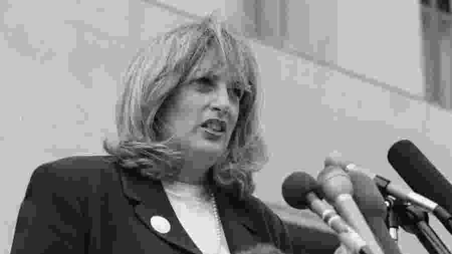 29.07.1998 - Linda Tripp fala aos repórteres após audiência judicial - The Washington Post via Getty Images