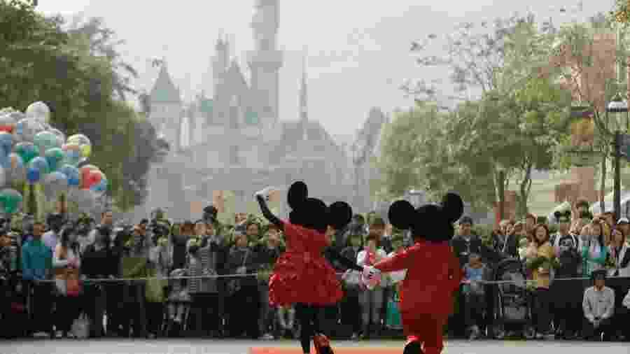 Personagens da Disney cumprimentam visitantes do parque temático em Hong Kong - Bobby Yip