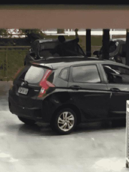 Homem que ofendeu motoboy já tacou pedra em carro no condomínio onde mora - Reprodução/Globo