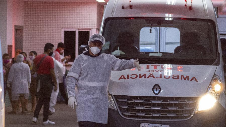 15.01.2021 -- Profissional de saúde em hospital de Manaus; cidade enfrenta colapso do sistema de saúde - Yago Frota/Estadão Conteúdo