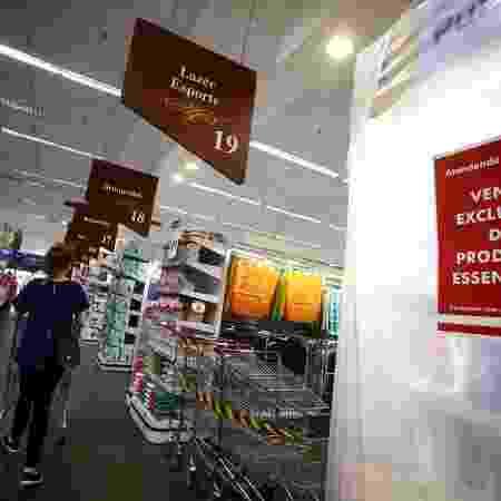 Supermercados isolam prateleiras de produto não essencial em Porto Alegre - REUTERS - REUTERS