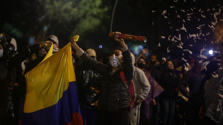 3 mai. 2021 - Em Bogotá, na Colômbia, manifestantes protestam contra a reforma tributária e o governo de Iván Duque - Juancho Torres/Anadolu Agency via Getty Images