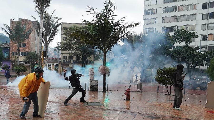 Manifestantes entram em confronto com policiais durante um protesto contra a pobreza e a violência policial em Bogotá, Colômbia - Nathalia Angarita/Reuters