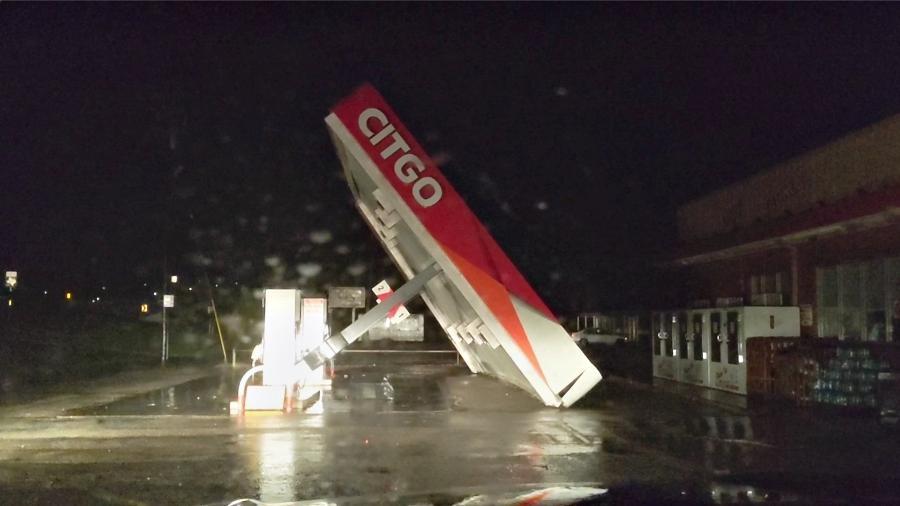 Cobertura de um posto de gasolina é destruído pelo furacão Nicholas em Matagorda, no Texas (EUA) - Andrew Dubya/Reuters